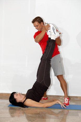Agu Delgado, entrenador personal en Málaga Entrenando con una alumna